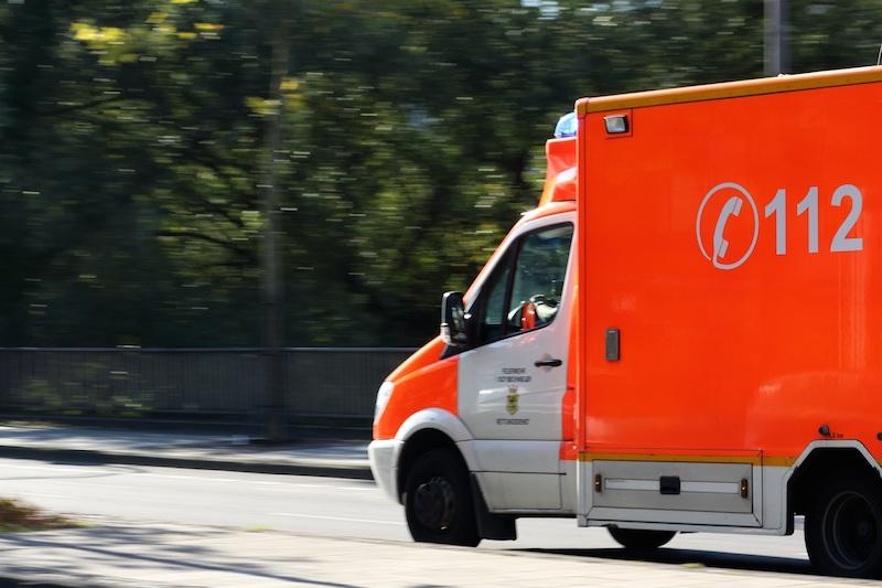 Krankenwagen fährt auf Straße