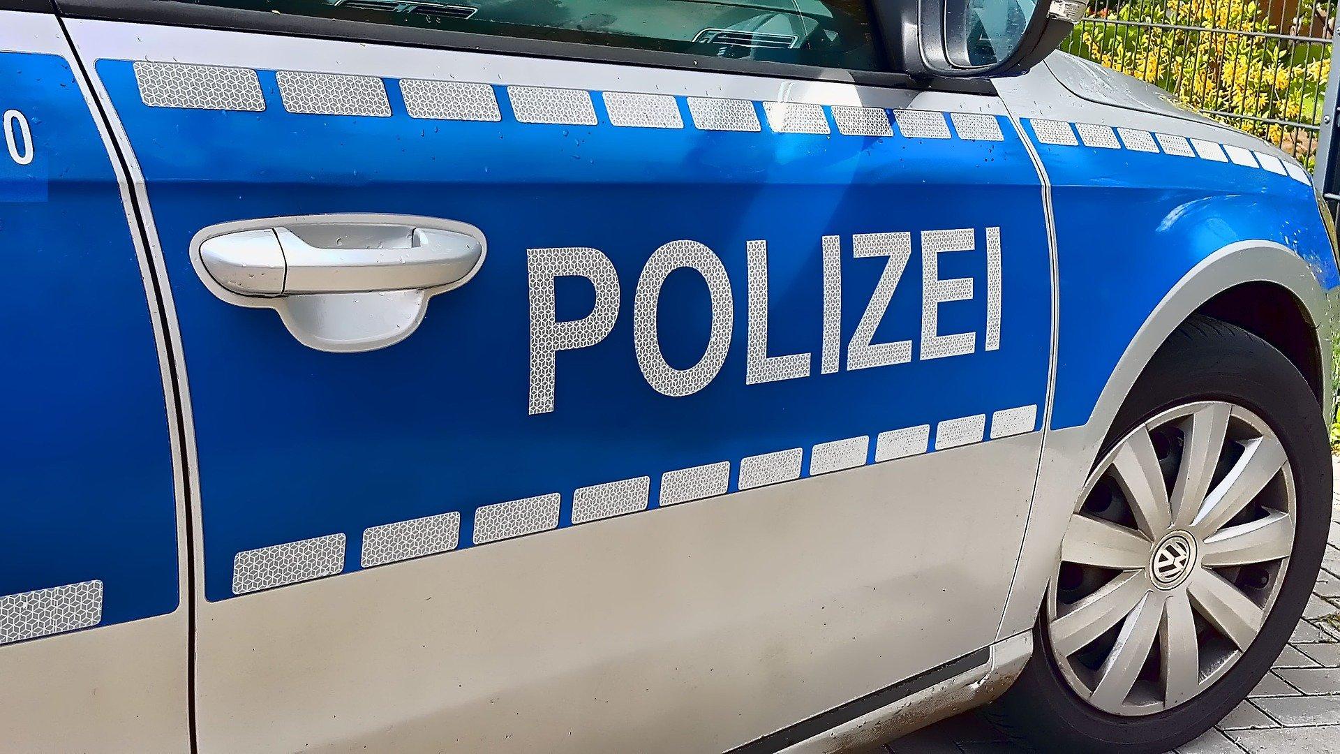 Schriftzug auf einem Polizeiauto
