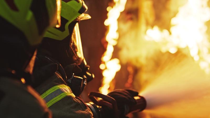 Feuerwehrleute löschen Flammen