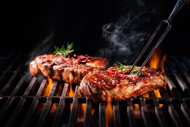Steaks auf einem Grill